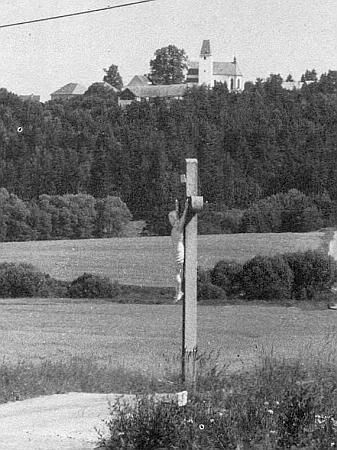Především jeho zásluhou obnovený kříž při cestě do Mostků září zlacením sochy Kristovy pod návrším sdominantou farního kostela sv. Jiří  vBlansku
