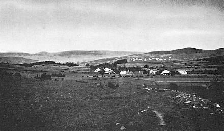 Rodná Vyšovatka od jihu na snímku z roku 1938, v pozadí vpravo Svatá Maří...