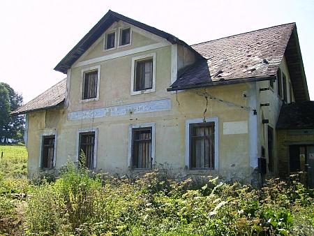 Zchátralá budova bývalého hostince v Řepešíně, rodné obce jeho babičky z matčiny strany