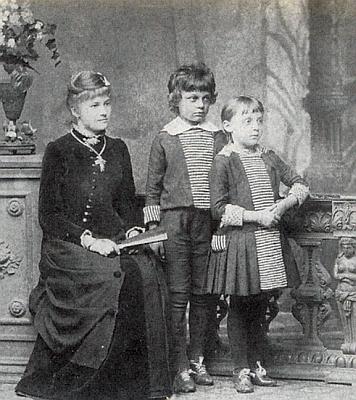 Na vzácném snímku, který vznikl ve vimperském fotoateliéru firmy M.Kopecky roku 1883 a dochoval se v rodinném albu Ing. Rochuse Kralika rytíře von Meyrswalden, vidíme odleva slečnu vychovatelku Mittagovou a pětiletého tehdy Gottloba s jeho ještě mladší sestřičkou Hildou