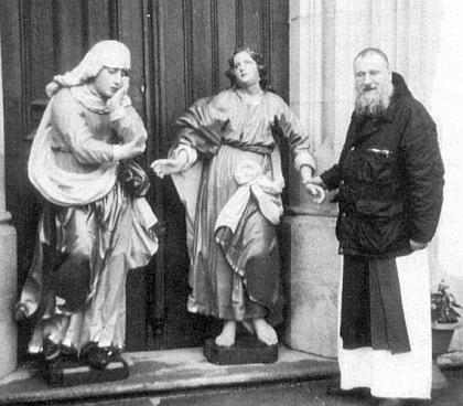 Na prvý letní den roku 2010 se sochy Matky Bolestné a Jana Evangelisty po obnově Janem Schneebergerem     zLoučovic vrátily do kláštera Vyšší Brod (na snímku je převor kláštera, páter Justin Berka)