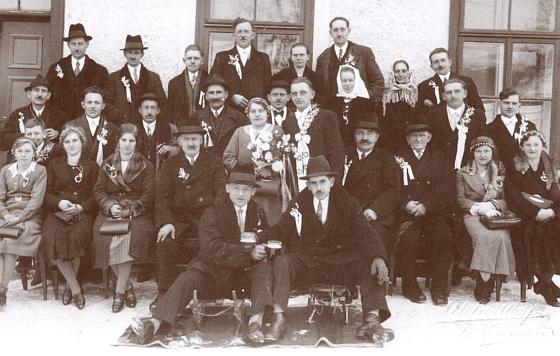 Snímek zachycuje Johanna Krammera a jeho ženu Pauline, roz. Fuchsovou, narozenou roku 1907 ve Svánkově (Reith) u Světlíku (Kirchschlag) v den jejich svatby 25. ledna 1937, která se sice konala ve Světlíku, ale novomanželé i jejich svatební hosté musili urazit cestu, trvající půldruhé hodiny sněhem pěšky sem do ženichových Nových Domků, poněvadž autobus uvízl na cestě