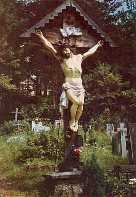 Misijní kříž ze zničeného farního kostela vKapličkách byl později umístěn na hřbitov v Loučovicích, kde ztrouchnivěl vystaven nepřízni počasí