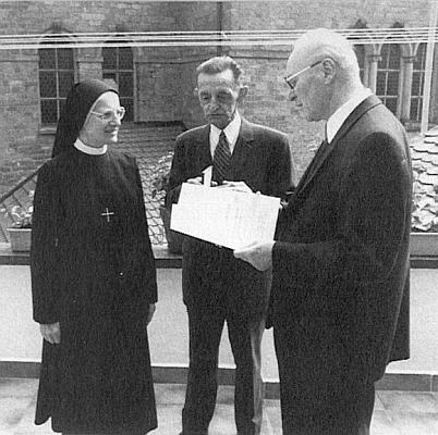 Prelát Johannes Barth mu v roce 1987 o svatodušních svátcích uděluje medaili svatého biskupa Neumanna - nalevo stojí Krammerova sestra