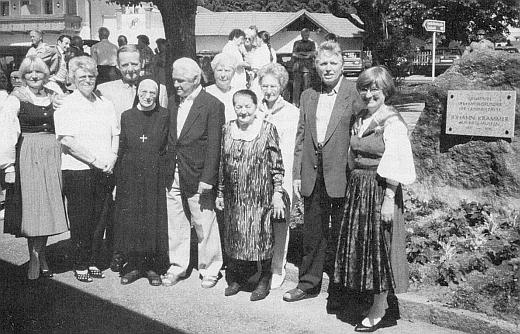 Při kameni s jeho pamětní deskou v Guglwaldu stojí vdova po něm, jedna z jeho sester, syn s manželkou, obě Krammerovy dcery a další jeho příbuzní