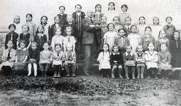 Pan učitel Kraml se třetí třídou dívčí školy ročníku narození 1920 na snímku z roku 1930, pořízeném volarským fotografem Wilhelmem Winklerem