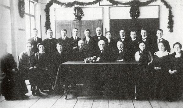 Na snímku učitelského sboru obecné a měšťanské školy ve Volarech z roku 1925 stojí uprostřed     zadní řady nad ředitelem Josefem Pexiderem, k jehož odchodu se všichni shromáždili