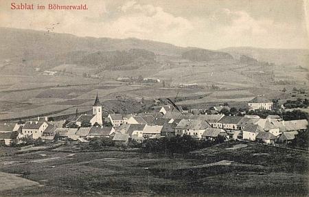 Na staré pohlednici Záblatí je budova školy čp. 92 zachycena vpravo nad okolními domy