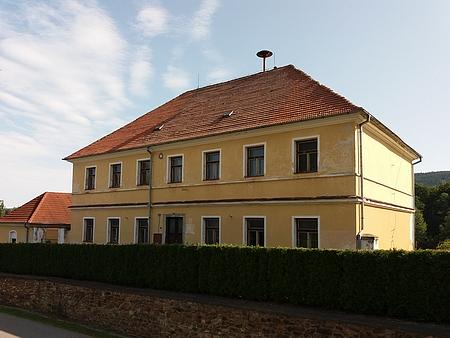 Někdejší škola v Záblatí na snímku z roku 2017