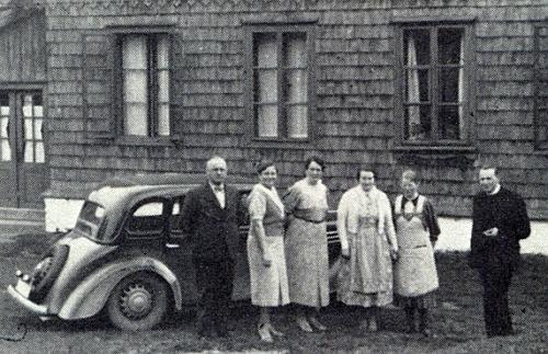 Fara v někdejším Zhůří pod Javornou a před ní napravo on, vedle auta pak v zástěře při hostech     odjinud jeho sestřenice a farská hospodyně Antonie Sengelhoffová