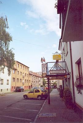Tady v Klostermannově ulici v Českých Budějovicích kus dál naproti hotelu Adler léta bydlel