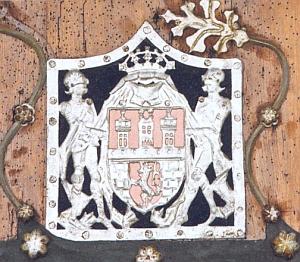Znak královského města České Budějovice z doby kolem roku 1500 přibitý na hlavní vstupní dveře kostela Nenebevzetí Panny Marie v Kájově, dovozuje starší jeho heraldickou podobu