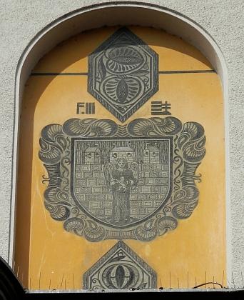 Městský znak na budově městské spořitelny (dnes Komerční banka)