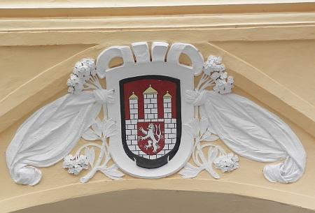 Znak na domě U Tří kohoutů