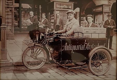Cenný snímek firemní tříkolky před Kratochwilovým antikvariátem visí dnes (2020) v interiéru kavárny La Storia na rohu českobudějovické Panské ulice