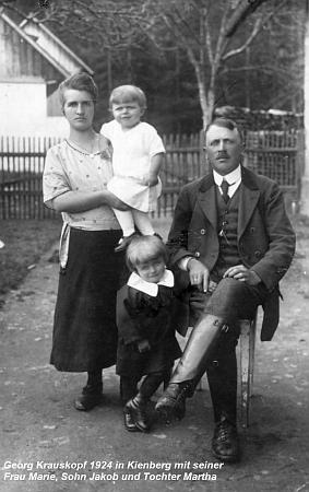 Roku 1924 v Loučovicích se svou ženou, synem Jakobem a dcerou Marthou