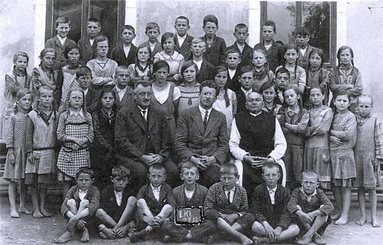 Před starou německou školou ve Strýčicích ho vidíme v červnu roku 1932 sedět mezi tehdejším školním ředitelem Wenzlem Zewlem a zdejším děkanem Eberhardem Winterem