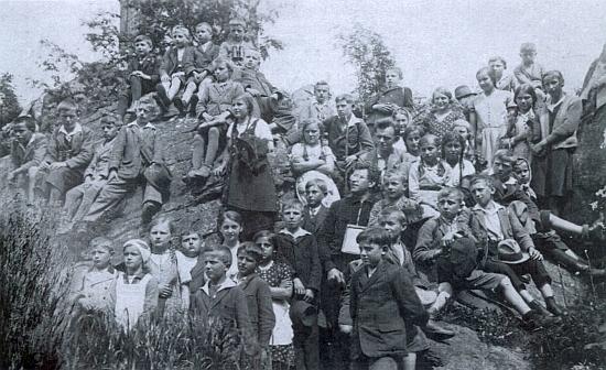 Při výletě na Kleť s dětmi ze Strýčické školy koncem školního roku 1932/33