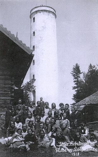 Při školním výletě na Libín roku 1928 uprostřed svých dětí