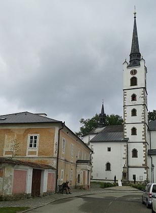 Podobný záběr dnes (2014) - z této strany se scenérie nezměnila, ale hned za kostelem je jezero