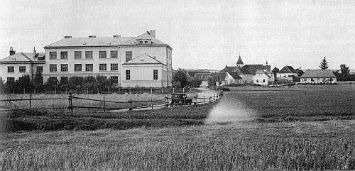 """Celkový pohled na Strýčice v třicátých letech 20. století nalevo s českou """"Jubilejní školou svatováclavskou"""", která byla otevřena Národní jednotou pošumavskou v roce 1930, zcela vpravo se krčí """"Theresianum"""", spolkový lokál """"křesťanského turnerského sdružení"""", kde se hrála i německá představení místních ochotníků a byl tu byt učitele německé obecné školy, stojící skromně v pozadí (viz i Fanny Lindauerová)"""