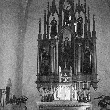 ... a jeho hlavní oltář ještě s pozdně gotickou sochou Madony, ...