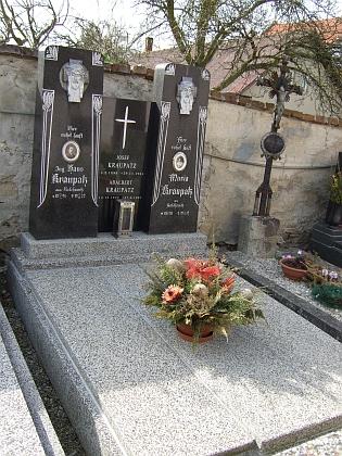 Hrobka Kraupatzů z Radošovic na hřbitově ve Strýčicích, udržovaný prý spřízněnou rodinou podnikatele Milana Krále zČeských Budějovic