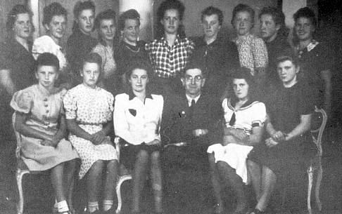 Franziska Krausová (Eislerová) v roce 1945 (stojící druhá zleva)při odvodu k Říšské pracovní službě
