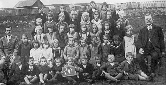 1. třída školy v Nových Hutích, Franziska Eislerová ve čtvrté řadě třetí zprava