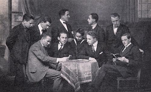 Po zrušení německého prachatického gymnázia v roce 1922 sespolužáky, kteří byli spolu s ním nuceni odejít do Krumlova (nasnímku stojí druhý zprava, přímo pod ním sedící bibliograf Šumavy Dr.Eduard Eisenmeier)