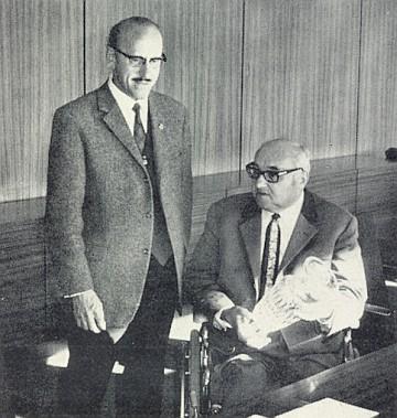 Už na invalidním vozíku přijímá ocenění, které mu v roce 1970 Otto Lang předal za zásluhy o Böhmerwäldler Heimatbrief