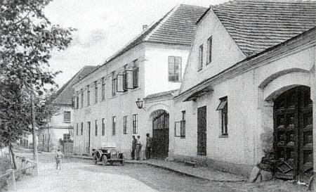 Škola v Kolodějích nad Lužnicí na snímku Jana Švehly (1890-1967) a v roce 2002