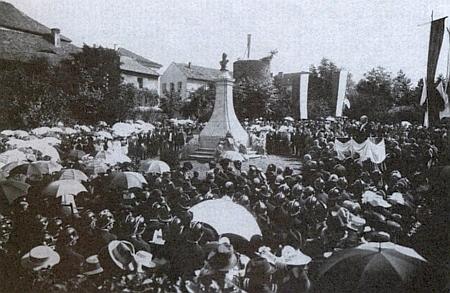 Odhalení jeho pomníku ve Vrchlického sadech města Klatovy 4. srpna roku 1901