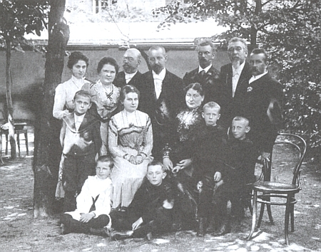 Skupinový portrét jeho rodiny při slavnostním odhalení pomníku v Klatovech, kde na zemi sedí syn Krejčího dcery Doubravky, provd. Šímové, budoucí slavný český malíř Josef Šíma
