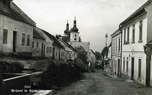 Na staré pohlednici z Dobré Vody je dům, kde Křenkovi bydleli, na levé straně uprostřed