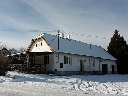 Rodný dům čp. 8 v Červeném Újezdci nese ve štítě rok 1923, zřejmě tedy proti roku jeho narození doznal změn