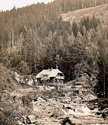 """V knize """"Tief im Böhmerwald"""" : Innergefild je i tento snímek Turnerovy chaty s připojeným textem, že má jméno po cestáři Thurnerovi (Turnerhütte i Thurnerhütte je přitom označení hned několika """"turnerských"""" chat vNěmecku i Rakousku - vzhledem k špatné kvalitě kopie dodáváme ještě kvalitnější fotografii z takřka stejného místa a snad i doby)"""