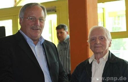 Při oslavě svých devadesátin s ředitelem školy v bavorském Hohenau
