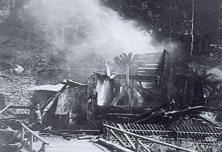 Na snímku z roku 1932 hlídá spáleniště Turnerovy chaty četník z Rejštejna