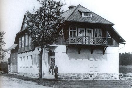 Dům čp. 67 na Horské Kvildě s rohovým vchodem do obchodu pana Krickla - posledními předválečnými majiteli byli Max Krickl a jeho matka Marie, roz. Faschingbauerová (1887-1970)