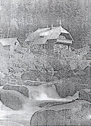 """V knize """"Tief im Böhmerwald"""" : Innergefild je i tento snímek Turnerovy chaty s připojeným textem, že má jméno po cestáři Thurnerovi (Turnerhütte iThurnerhütte je přitom označení hned několika """"turnerských"""" chat vNěmecku i Rakousku - vzhledem k špatné kvalitě kopie dodáváme ještě kvalitnější fotografii z takřka stejného místa a snad i doby)"""