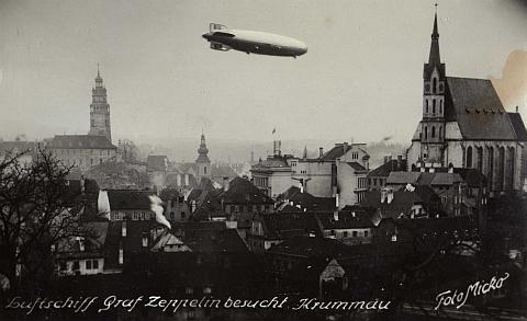 """""""Zepp"""" (tj. vzducholoď Zeppelin) nad Krumlovem v prosinci 1938 shákovým křížem na ocasní ploutvi"""
