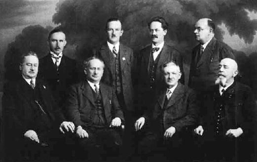 """Se členy představenstva domovského spolku """"Alt-Braunau"""" je tu Kriechbaum zachycen druhý zleva v první řadě na snímku z roku 1925 z jeho pozůstalosti"""