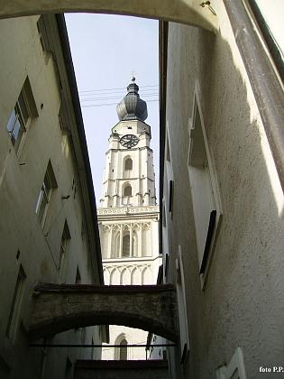 Dva záběry ze zachovalého historického centra Braunau am Inn