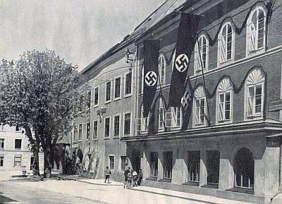 """Na snímku z téže knihy v Braunau am Inn """"rodný dům Vůdce"""" Adolfa Hitlera, který se po připojení části Šumavy k župě Oberdonau stal šumavským Němcům vlastně """"krajanem"""""""