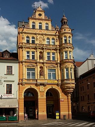 """Navrhl mimo jiné výraznou sochařskou výzdobu paláce """"Včela"""" v rohu českobudějovického náměstí Přemysla OtakaraII."""