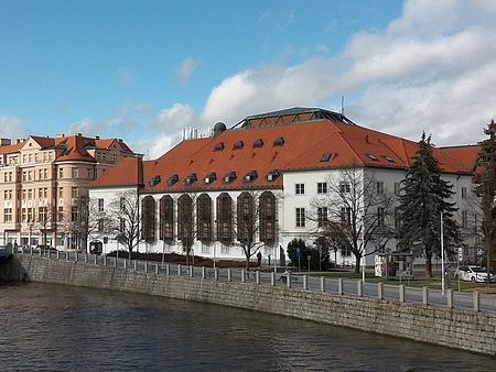 Českobudějovické divadlo v roce 2019, sto let poté, co mostečtí herci a divadelní ředitelé zahájili své zdejší meziválečné působení (viz např. Karl Ettinger, Curth Hurrle, Goswin Moosbauer a Franz Schramm)