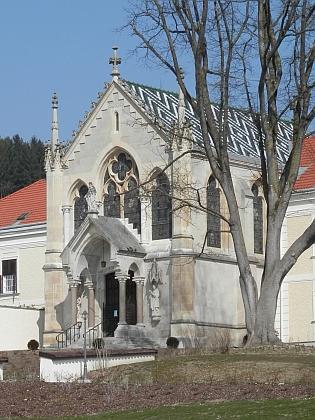 Pamětní kaple, zřízená při karmelitánském klášteře vMayerlingu k modlitbám za nešťastného korunního prince Rudolfa, který v blízkém loveckém zámku spáchal sebevraždu s Mary Vetserovou