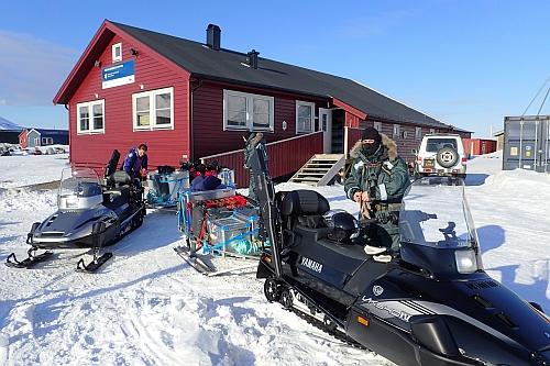 """""""Payerův dům"""" - po Juliu Payerovi je pojmenována základna české arktické výzkumné stanice na souostroví Svalbard, provozuje ji Jihočeská univerzita v Českých Budějovicích"""