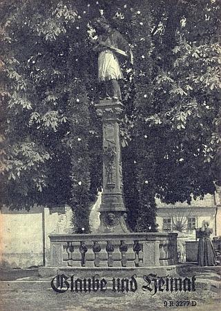 Pilíř se sochou sv. Jana Nepomuckého z roku 1724, na starém snímku se slavnostní aureolou zčerstvých větví, který stával na náměstí Horního Dvořiště a dnes jsou jeho zničené pozůstatky složeny na hřbitově u presbytáře zdejšího kostela (viz i Andreas Dobusch)
